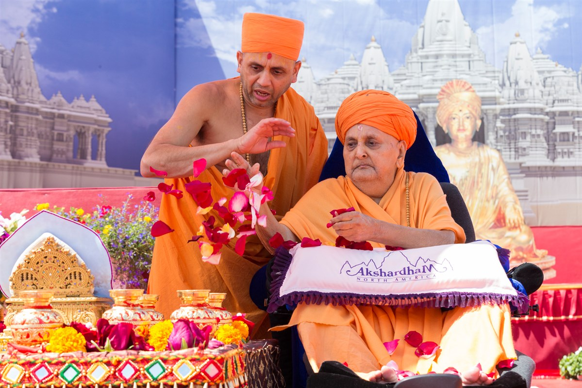 Swamishri sanctifies the kalash to be put in each khand