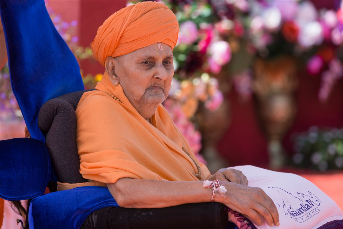 Swamishri observes and blesses the vedic rituals being conducted on the site of Swaminarayan Akshardham Mahamandir