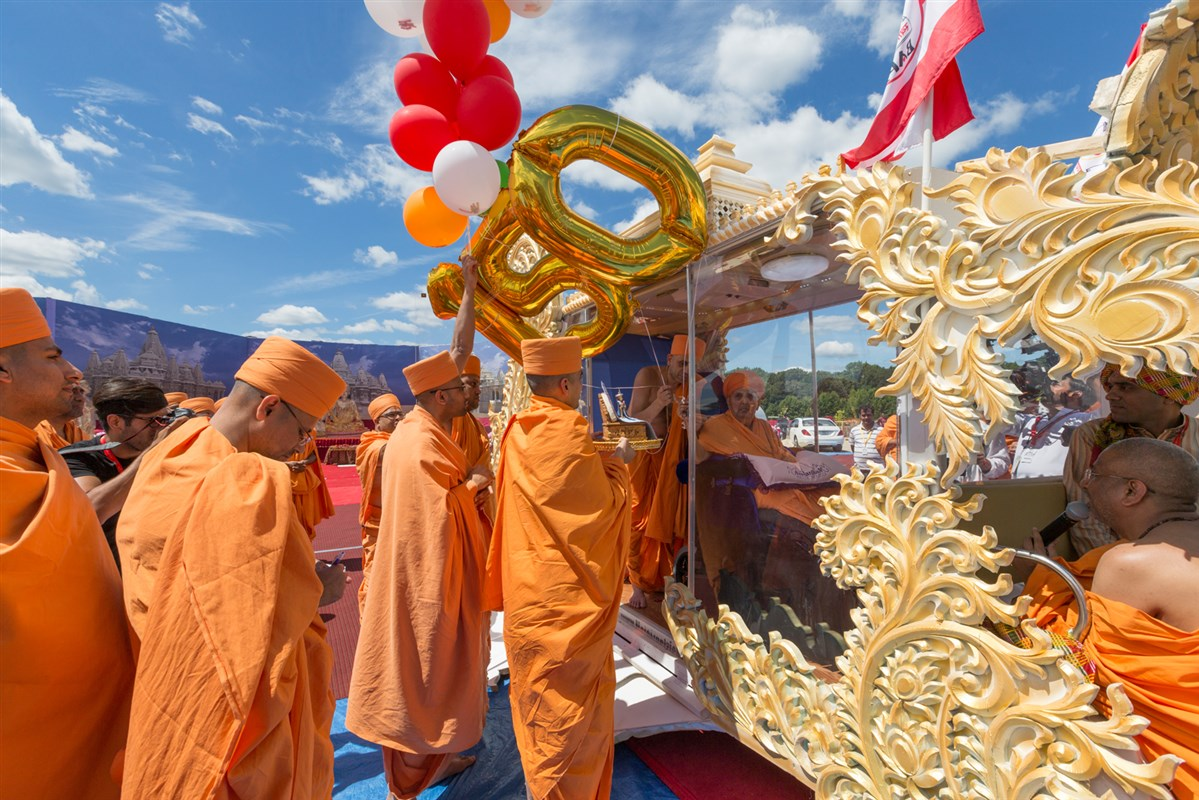 Swamishri releases balloons on the occasion of 150th Anniversary of Brahmaswarup Shastriji Maharaj