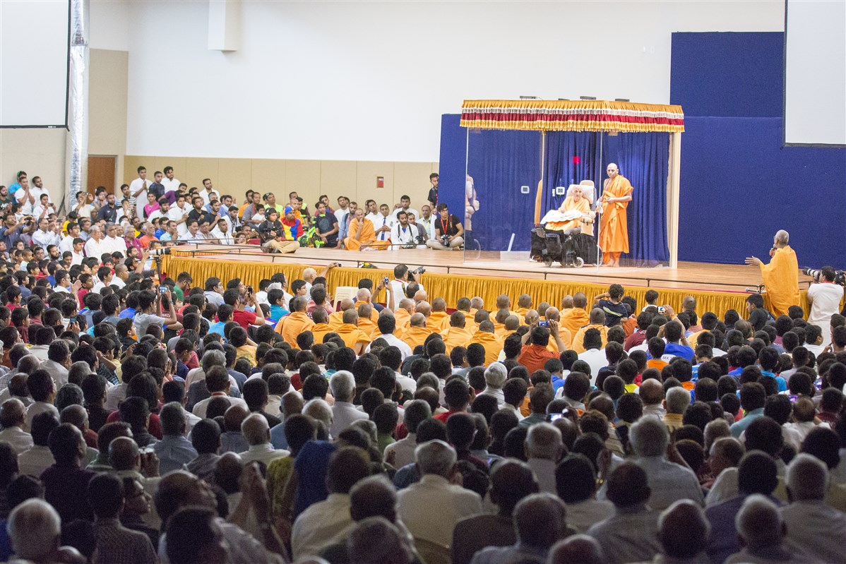 Devotees doing darshan of Swamishri before he leaves for India