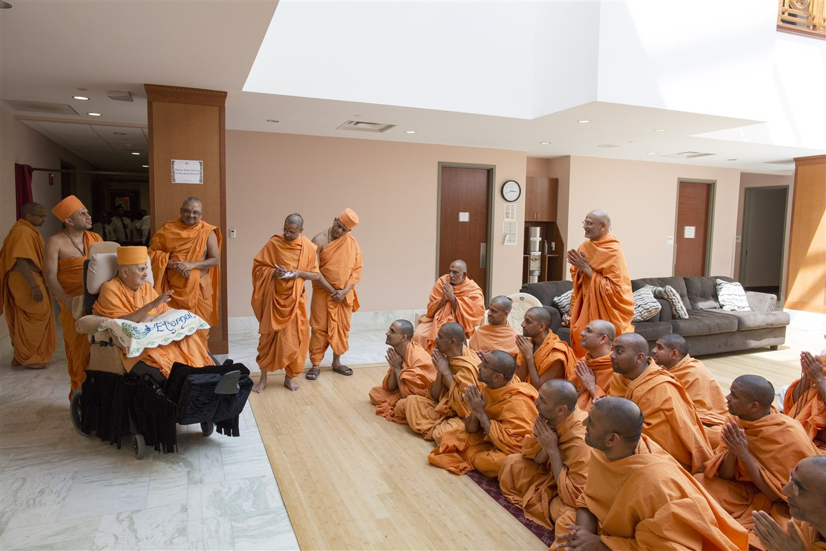 Sadhus doing darshan of Swamishri just before his departure for India