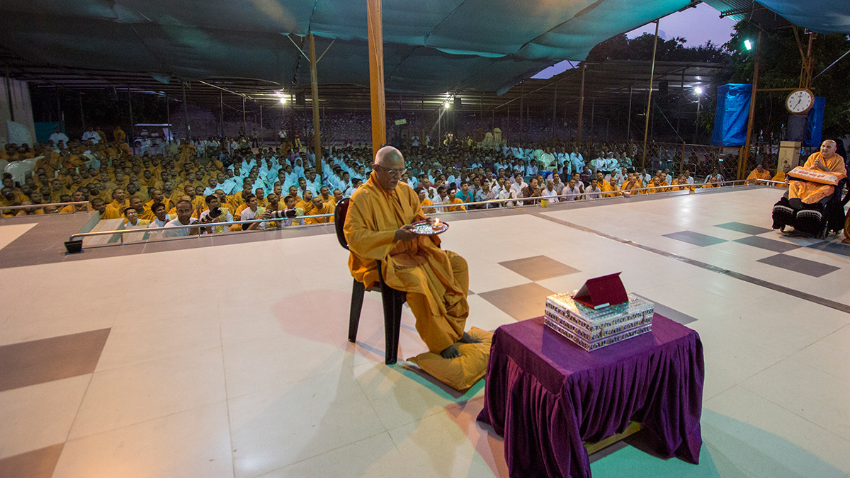 Pujya Swayamprakash Swami (Pujya Doctor Swami) performs evening arti