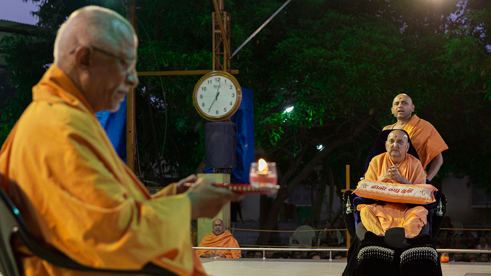 Pujya Doctor Swami performs evening arti