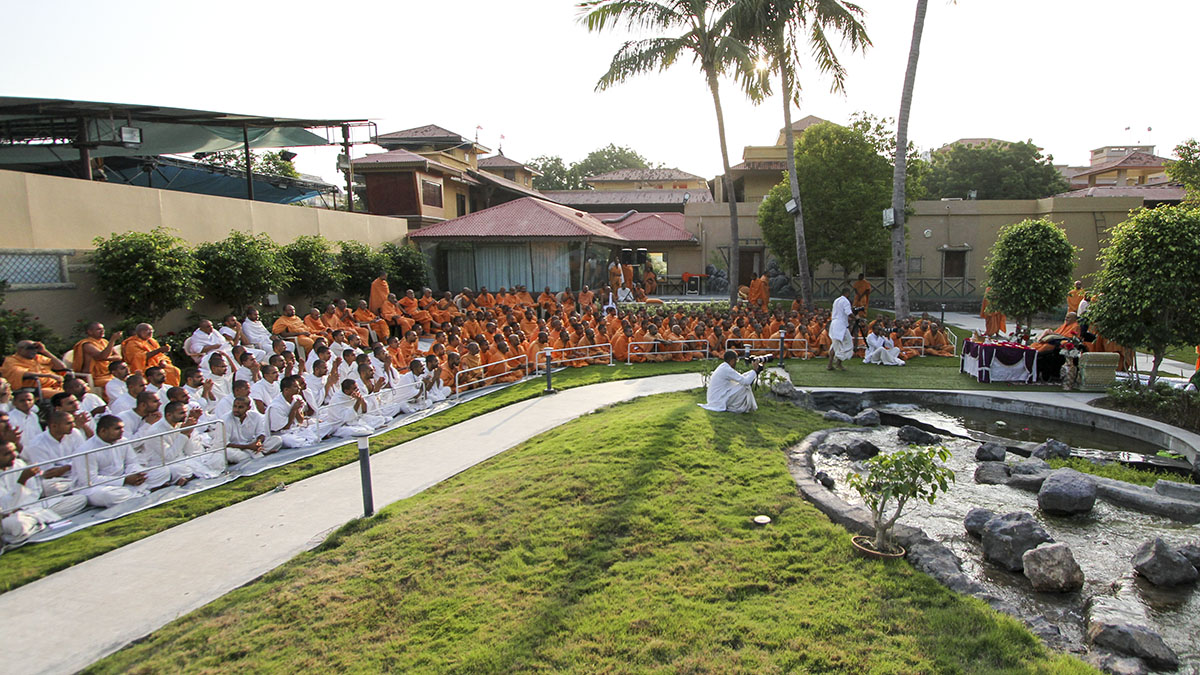 Sadhus, parshads and sadhaks doing darshan of Swamishri