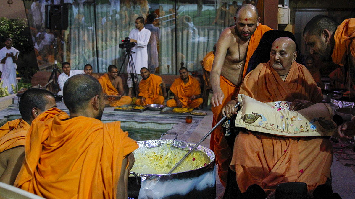 Swamishri santifies rabri being made on the occasion of Bhagwan Swaminarayan's Smruti Parva