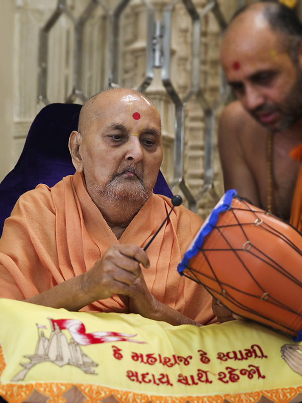 Swamishri plays a small drum