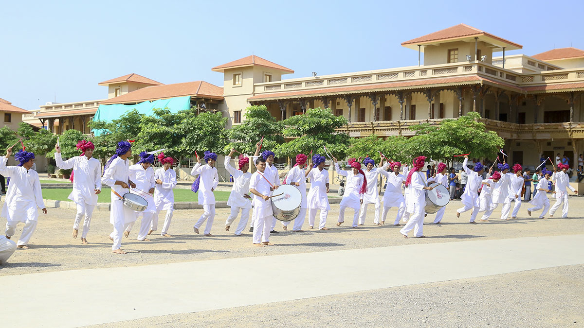 Youths from Surat perform before Swamishri