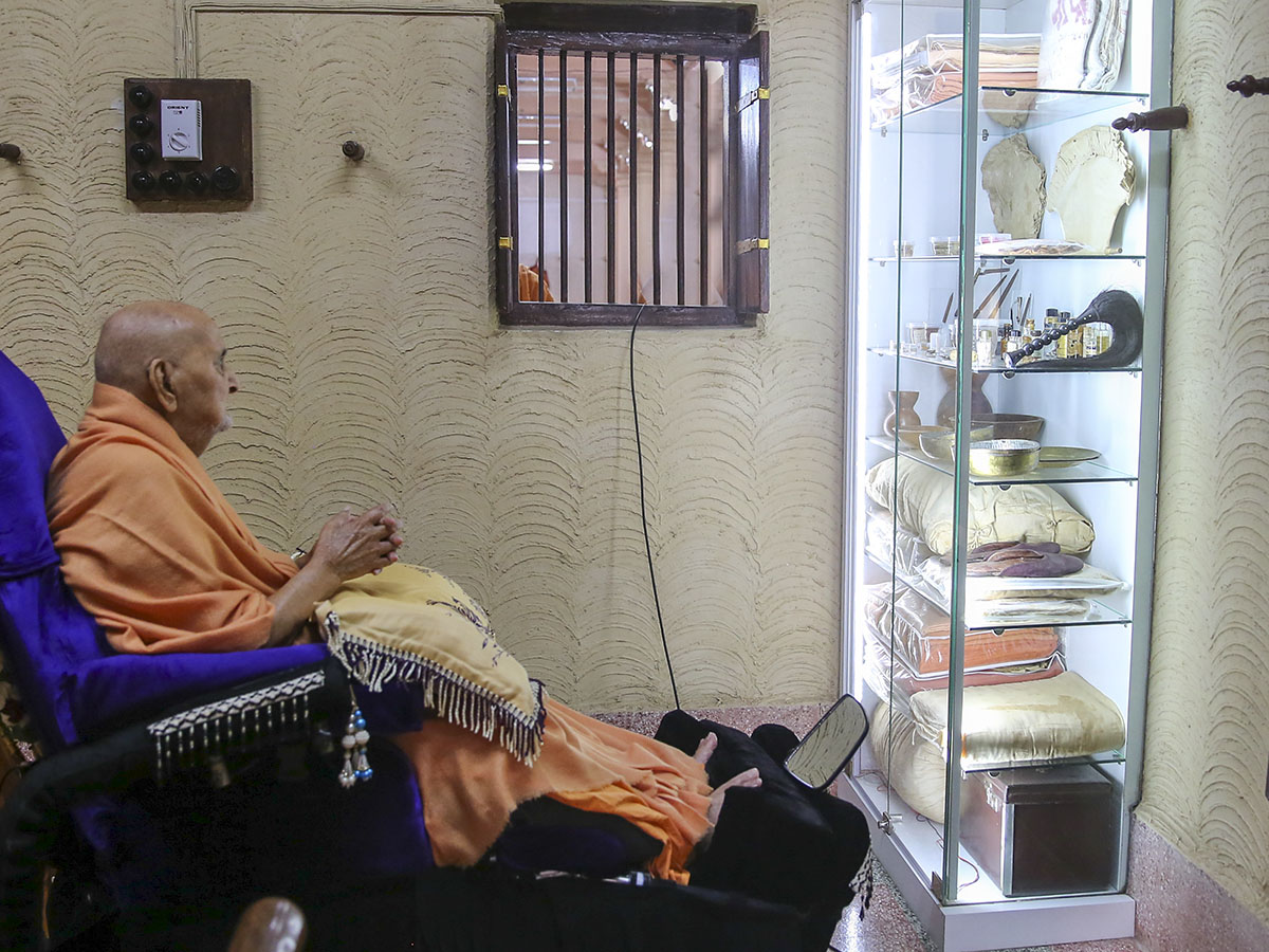 Swamishri engrossed in darshan of holy relics of Shastriji Maharaj