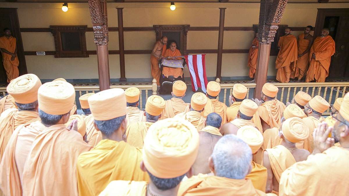 Swamishri blesses sadhus who walked from Atladra to Sarangpur as a pilgrimage for darshan