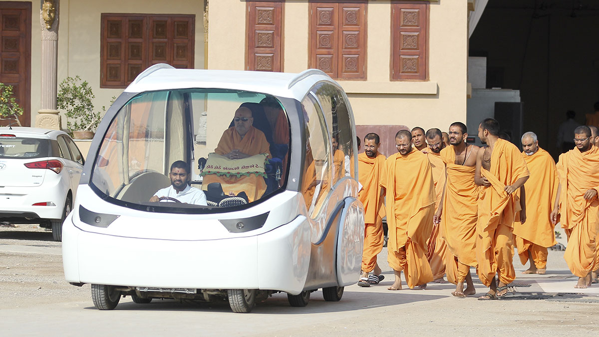 Swamishri on his way for darshan at Shri Yagnapurush Smruti Mandir