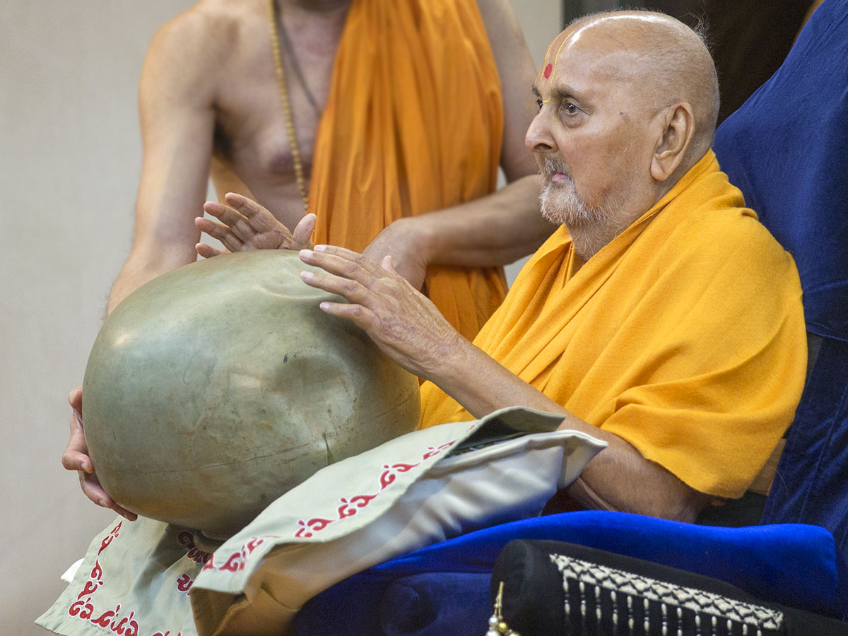 Swamishri plays 'maan'