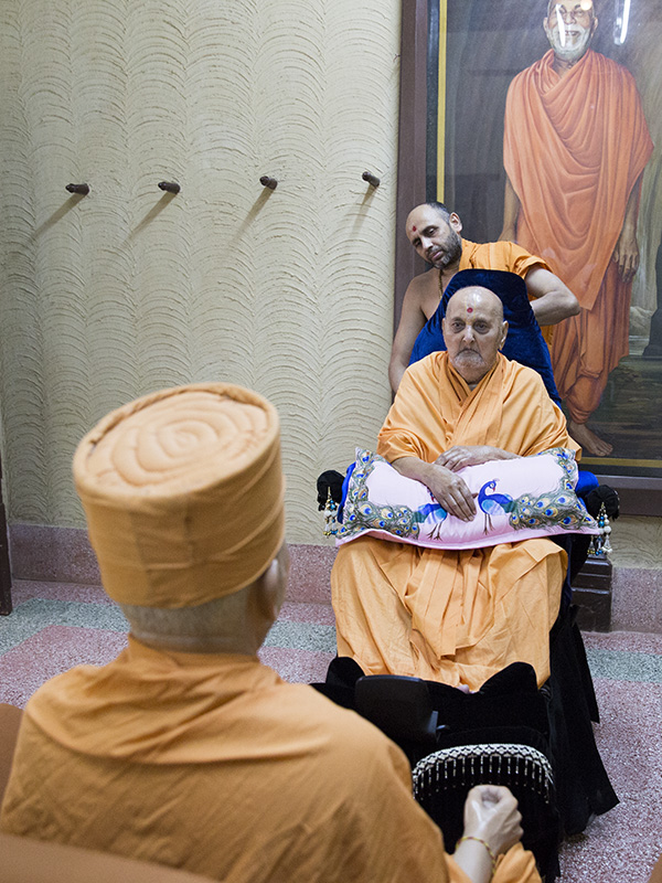 Swamishri engrossed in darshan of Yogiji Maharaj