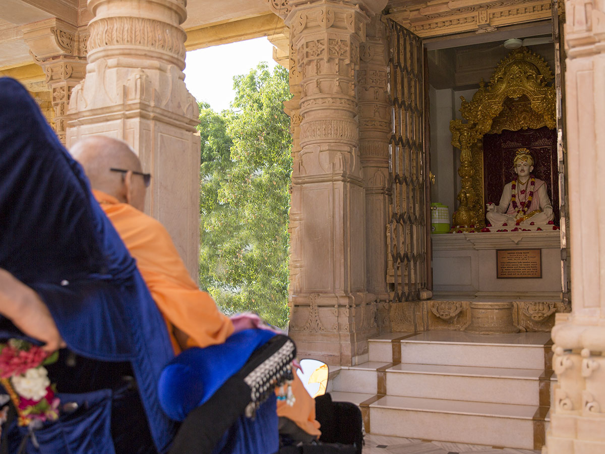 Swamishri engrossed in darshan of Bhagatji Maharaj