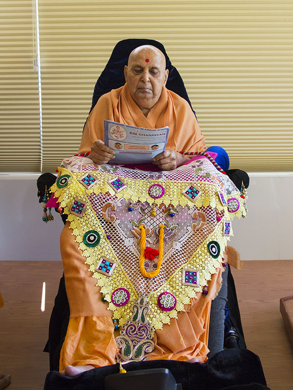 Swamishri reads 'Bal Ghanshyam', newsletter for Bal Mandal volunteers