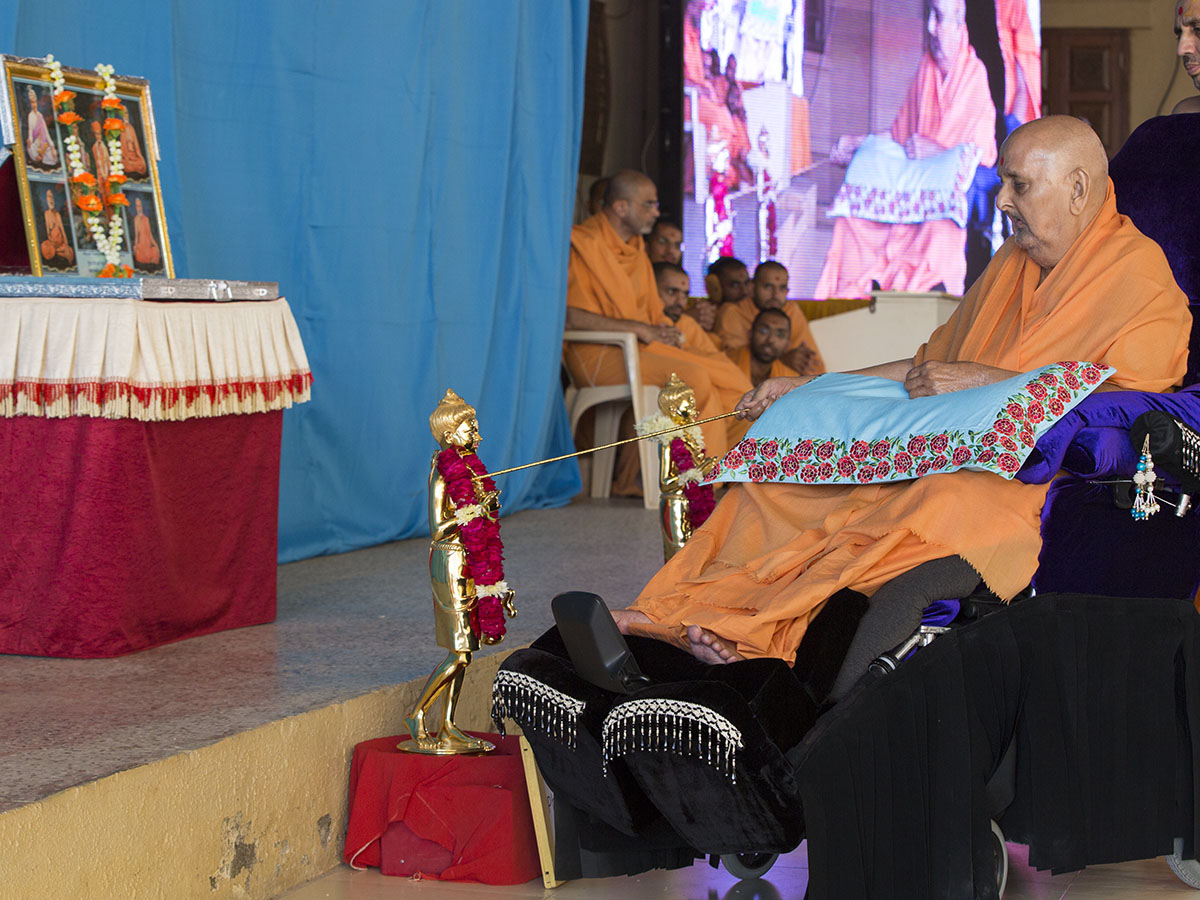 Swamishri performs pratishtha rituals of Shri Nilkanth Varni (Abhishek Murti) for Phoenix (AZ) and Seattle (WA) mandirs in USA