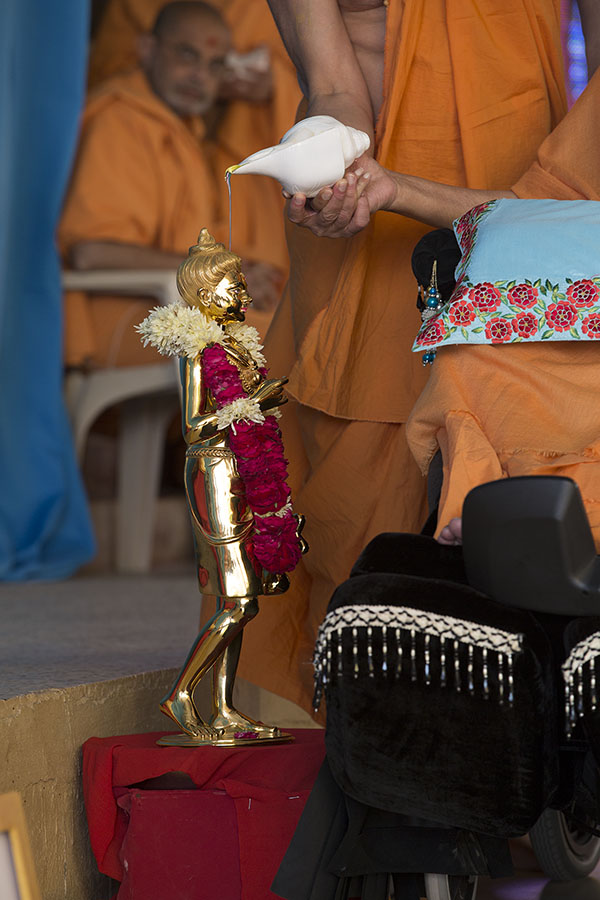 Swamishri performs abhishek