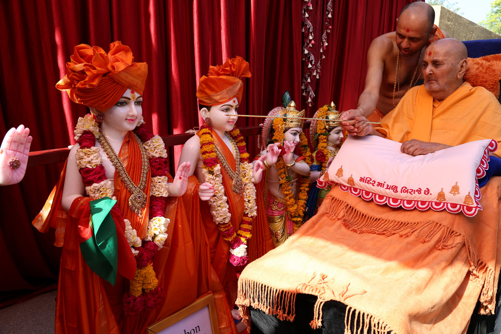 Murti Pujan by Swamishri in Sarangpur, 24 April 2014