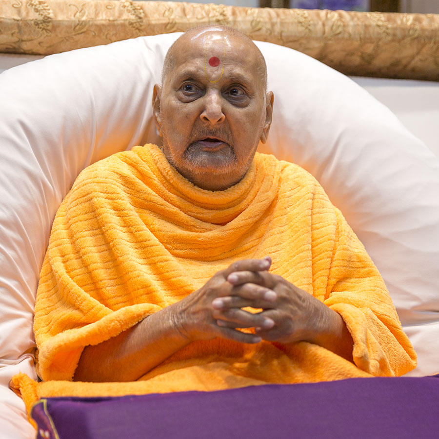 Swamishri greets sadhus with 'Jai Swaminarayan' after his puja
