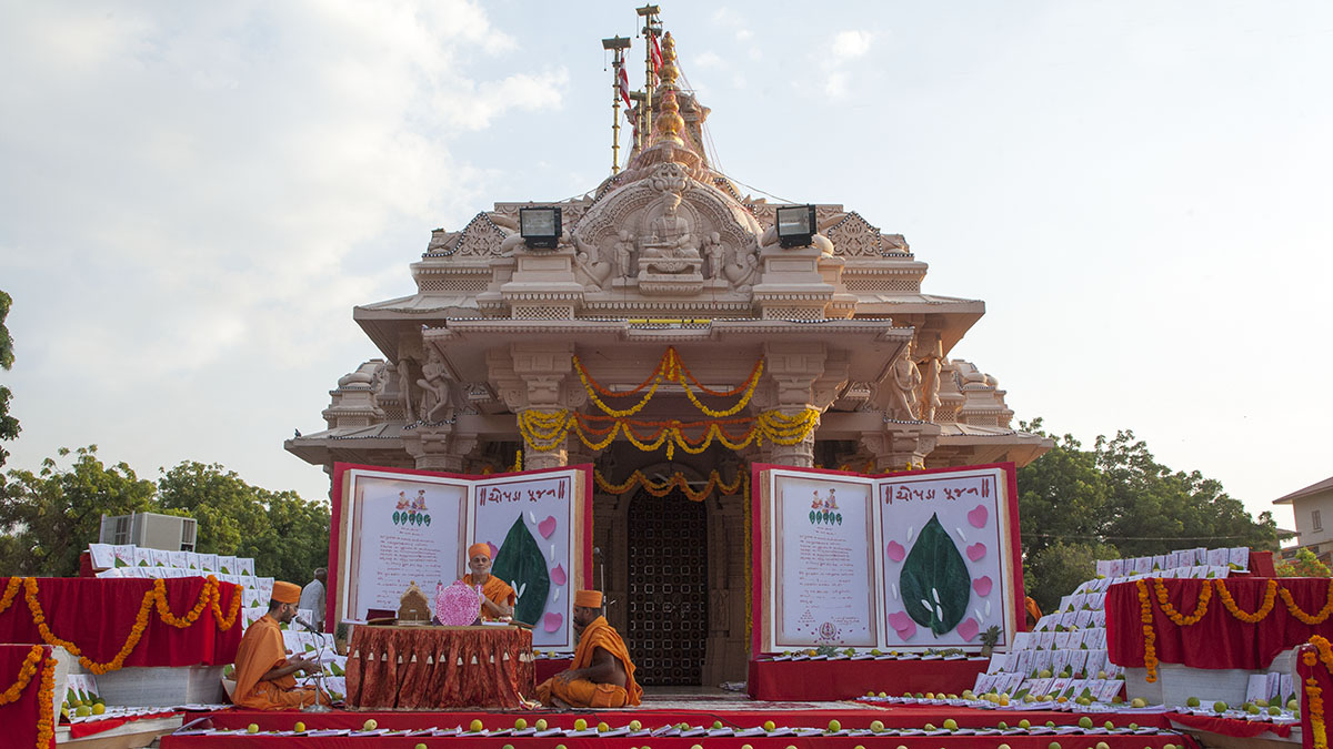 Mahapuja rituals being performed during Chopda Pujan at Yagnapurush Smruti Mandir, Sarangpur