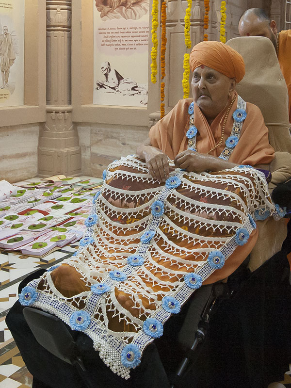Swamishri is honored with a garland and a shawl