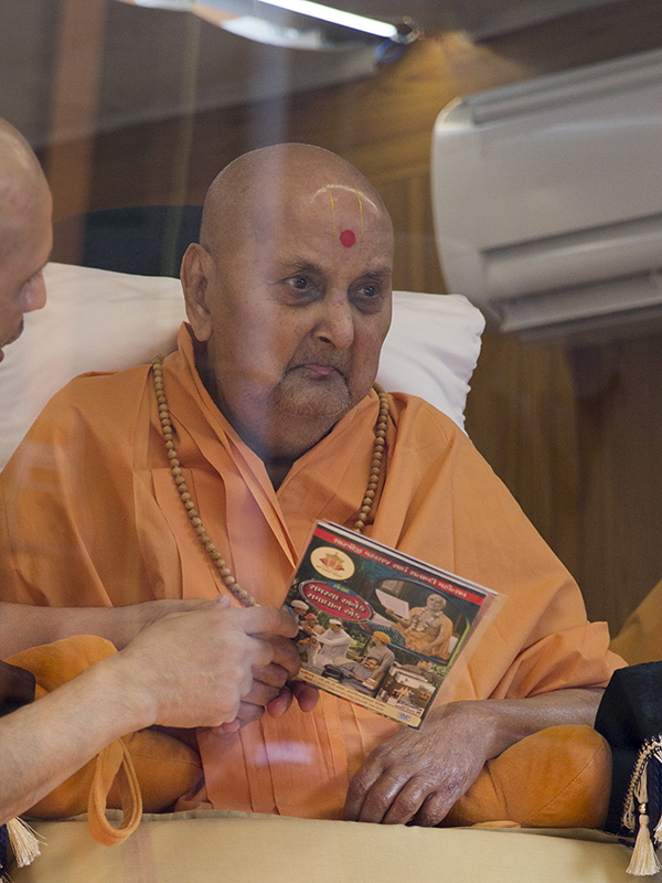 Swamishri inaugurates a video publication -'Samasya Anek Samadhan Ek'