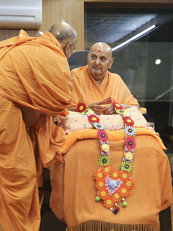 Swamishri is honored with garland