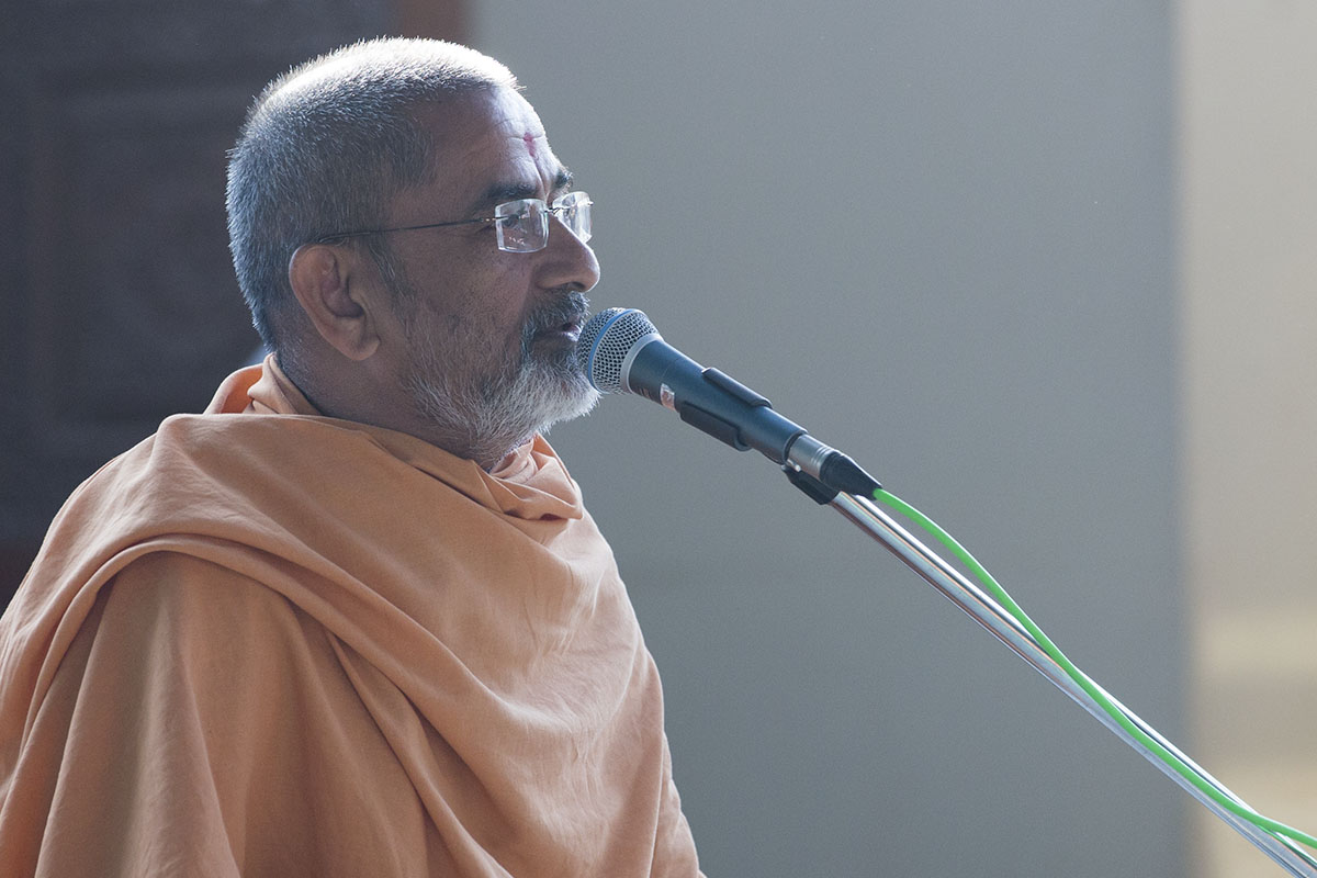 Brahmadarshan Swami delivers a discourse