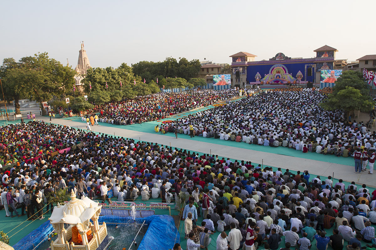 Devotees during Swamishri's 94th Janma Jayanti celebrations assembly in Sarangpur