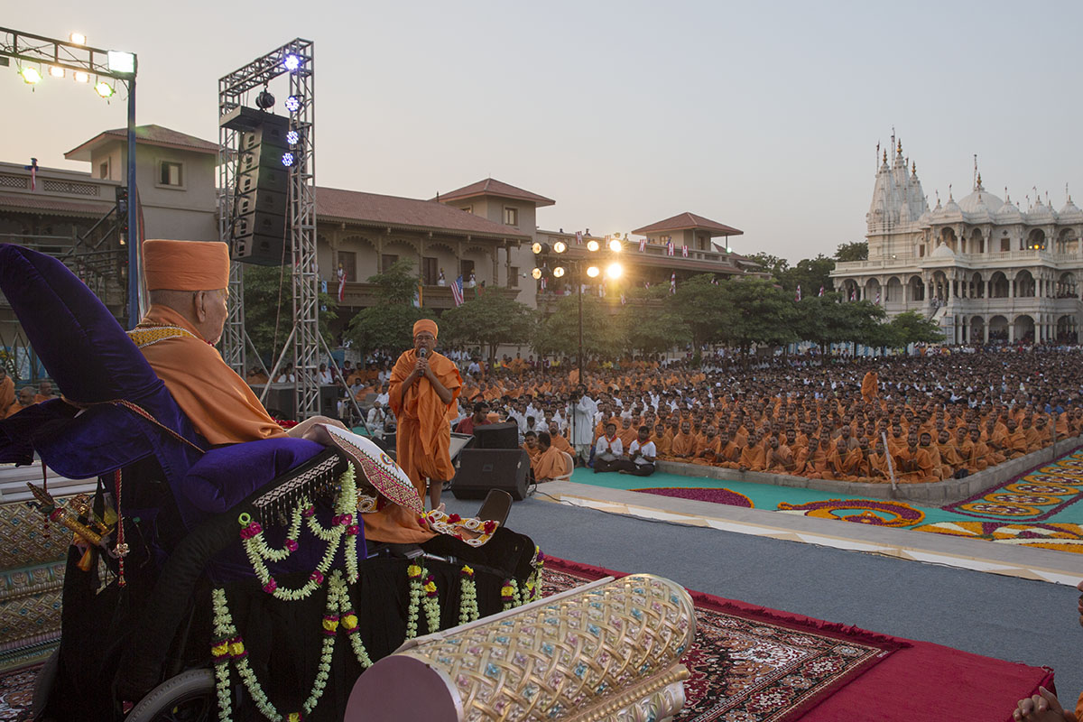 On behalf of all sadhus and devotees, Pujya Tyagvallabh Swami offers prayers before Swamishri