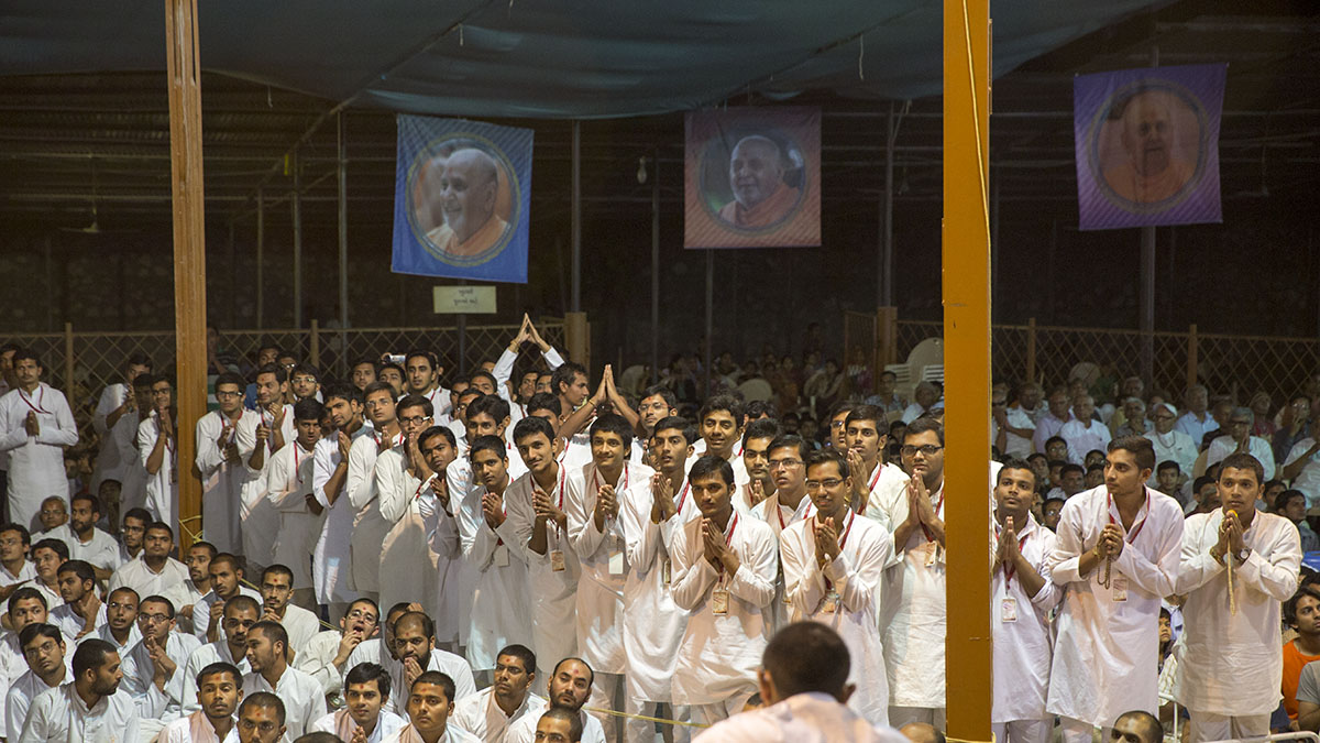 Youths from' Yuva Talim Kendra' doing darshan of Swamishri