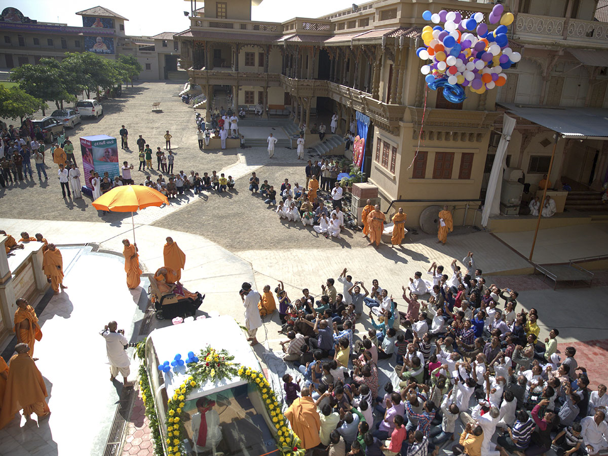 Swamishri releases baloons