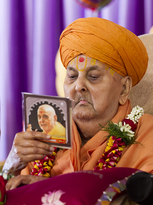 Swamishri inaugurates an audio publication