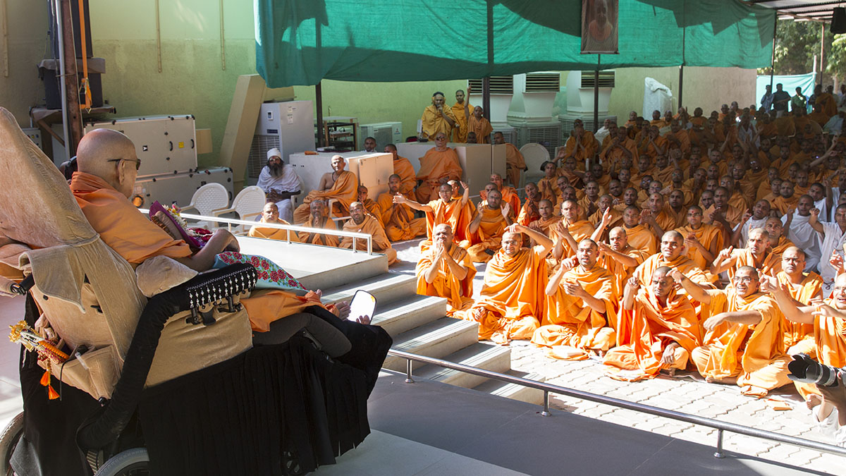 Swamishri arrives in the mandir grounds with Shri Harikrishna Maharaj