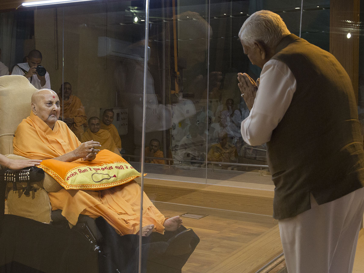 Swamishri blesses the Governor of Karnataka state in the evening