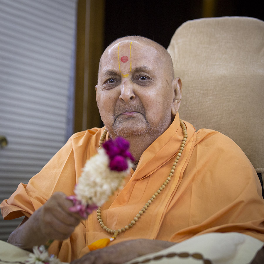 Swamishri waves a flower chhadi