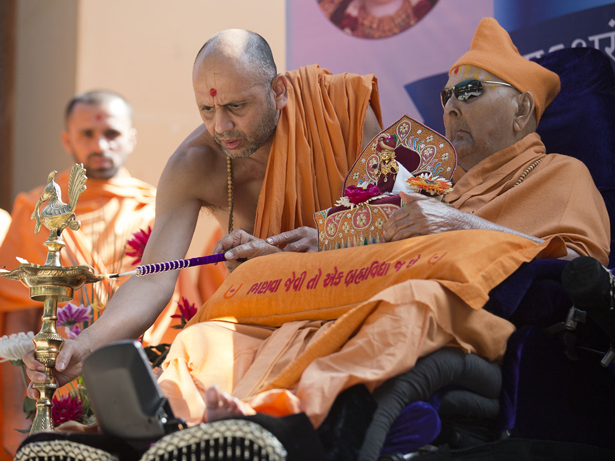 Swamishri lights a lamp to signify the start of the month of Dhanurmaas