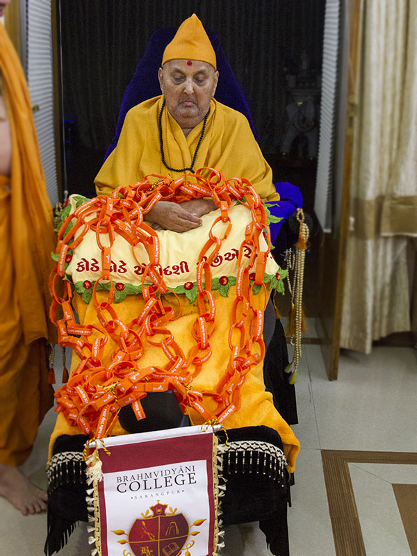 Swamishri sanctifies wrist-bands which will be worn by shibir attendees