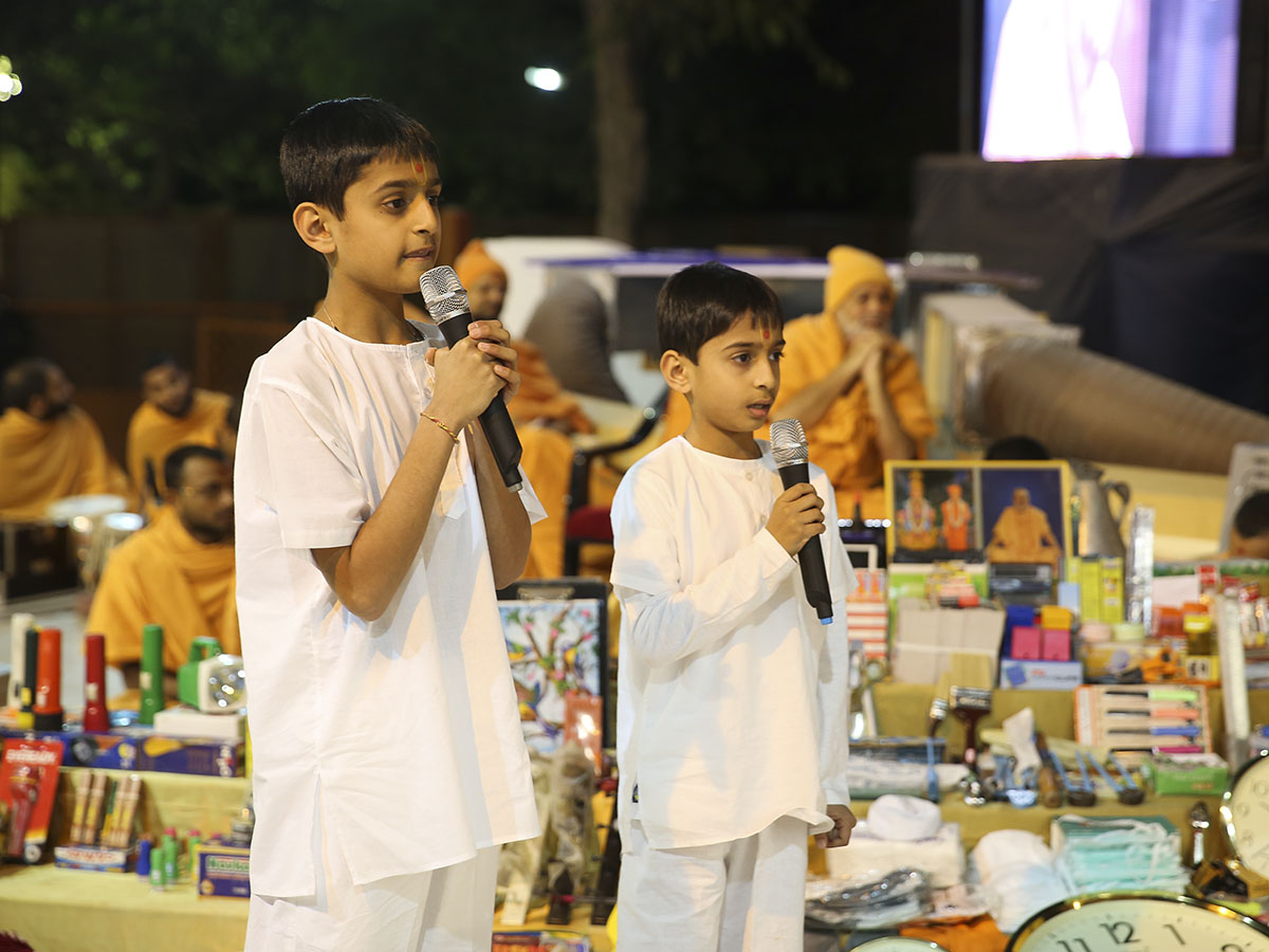 Children pray before Swamishri in the evening