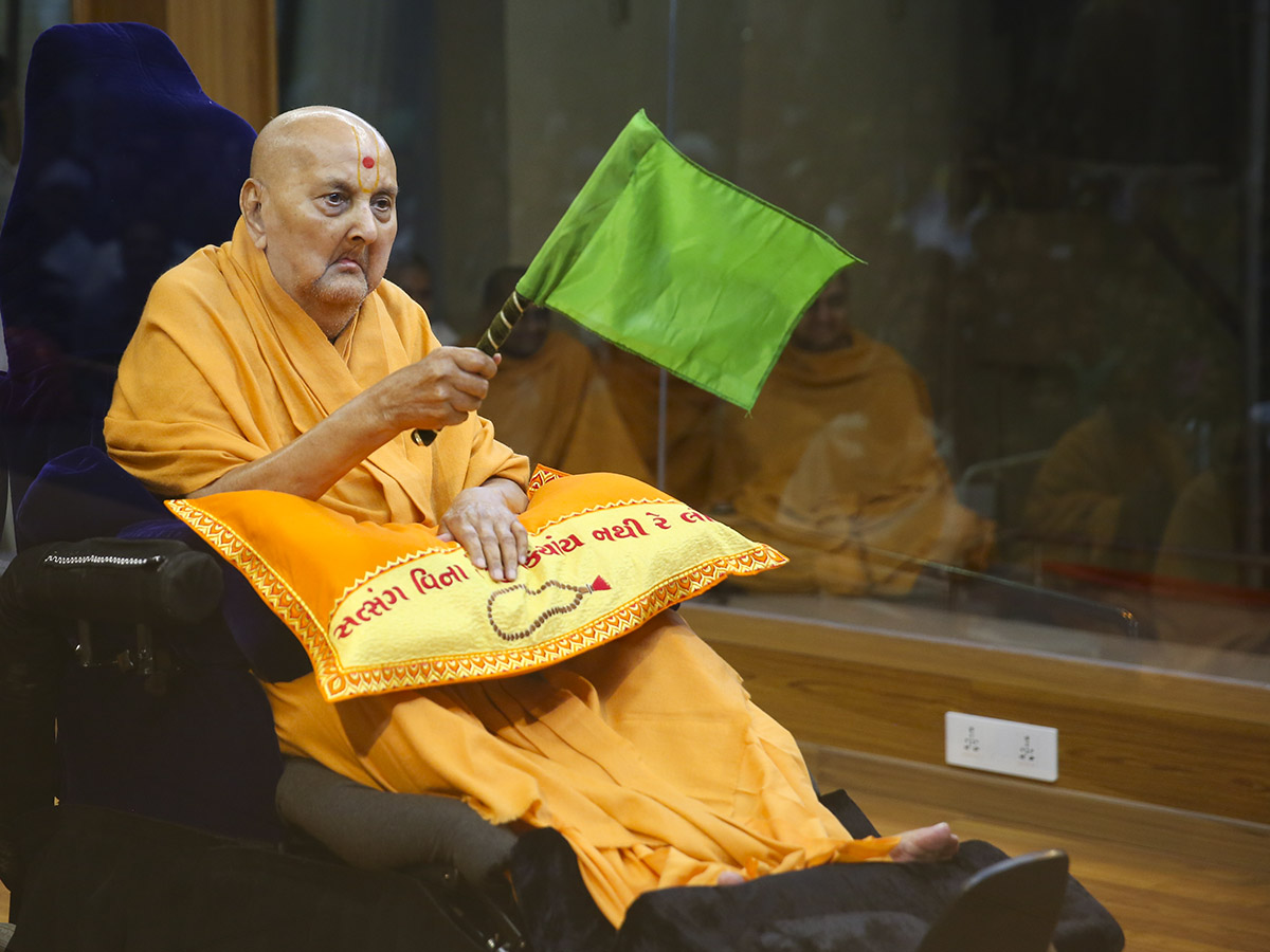Swamishri waves a flag
