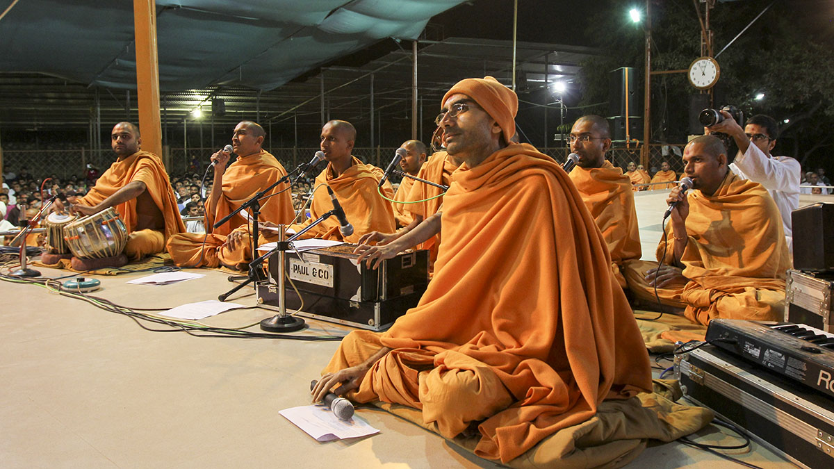 Sadhus perform kirtan bhakti in front of Swamishri