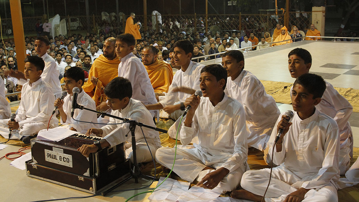 Youths sing kirtans before Swamishri