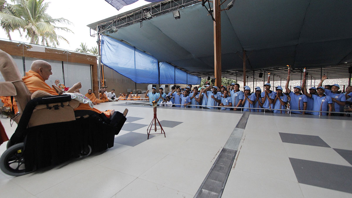 Swamishri blesses youths from Jasdan