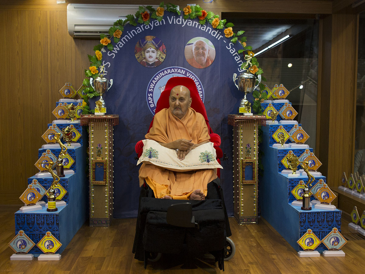 Swamishri sanctifies mementos for Swaminarayan Vidyamandir in the evening