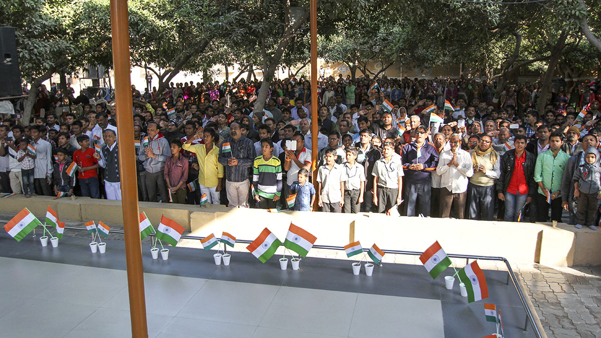 Devotees salute the Indian tricolor flag