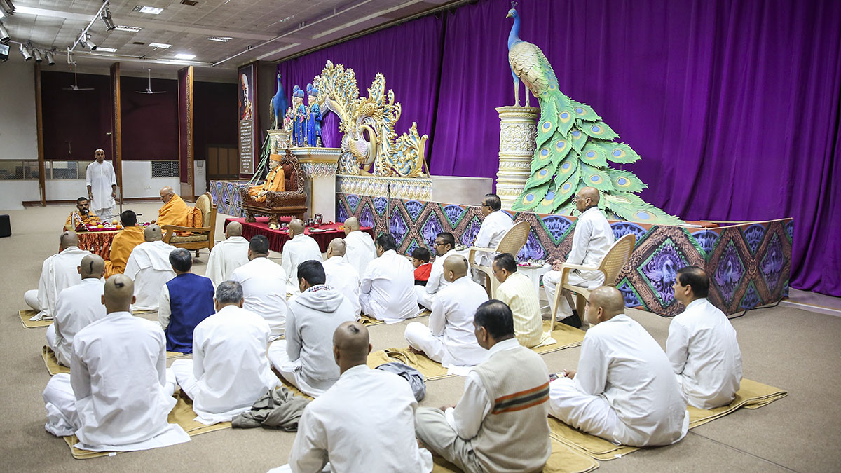 Parshads and sadhaks participate in diksha mahapuja