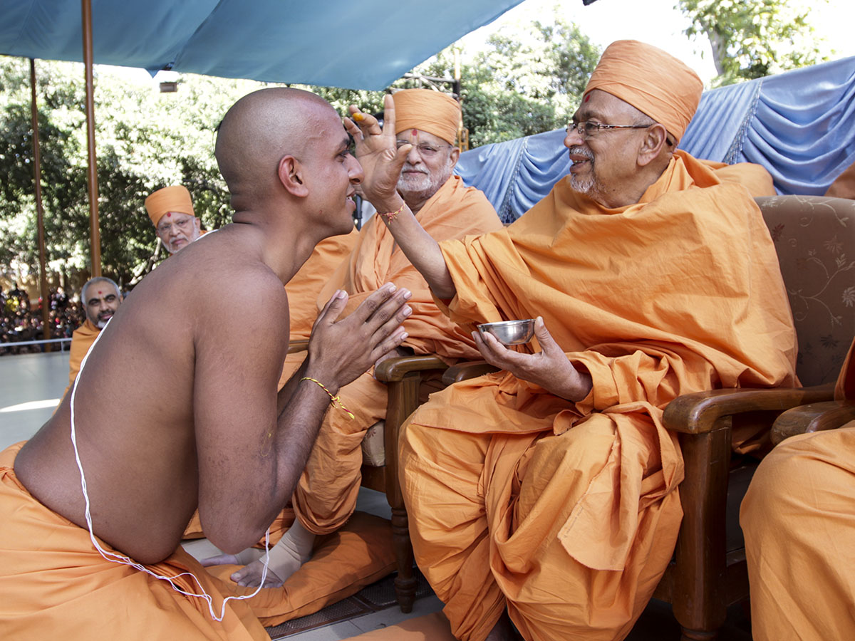 Pujya Tyagvallabh Swami blesses newly initiated sadhus
