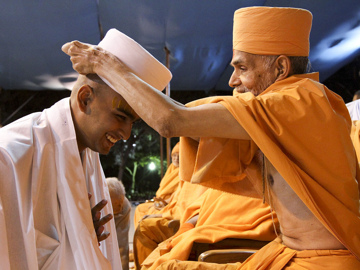 Pujya Mahant Swami blesses a newly initiated parshad