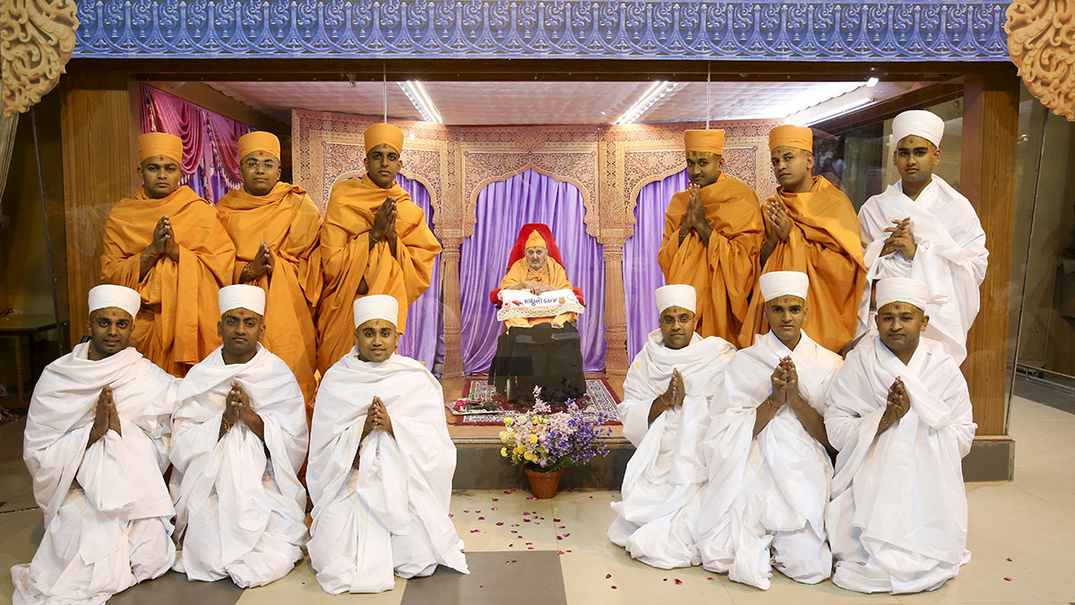 Newly initiated sadhus and parshads with Swamishri
