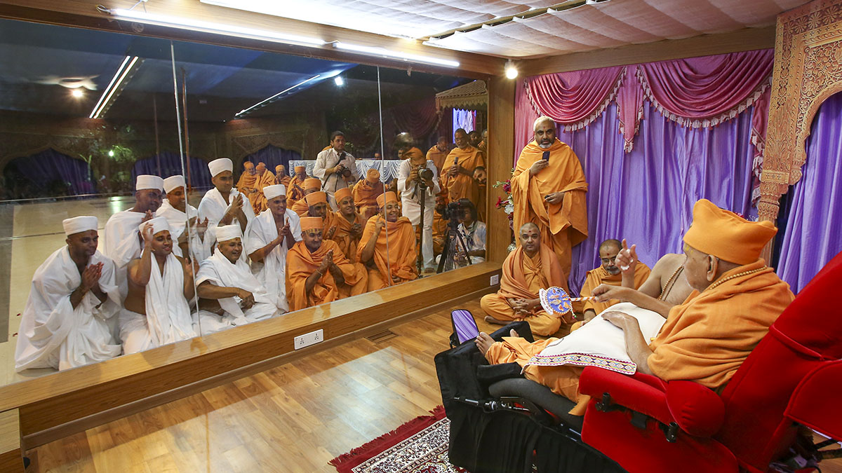 Newly initiated sadhus and parshads doing darshan of Swamishri