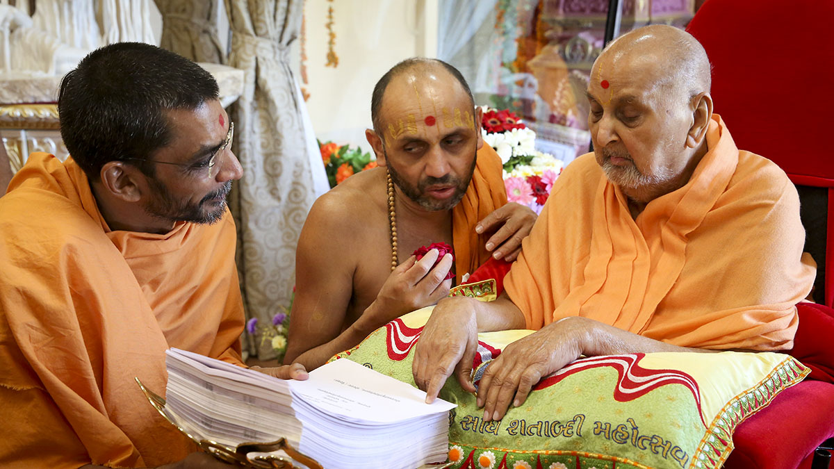 Swamishri sanctifies Adarshjivan Swami's doctoral thesis